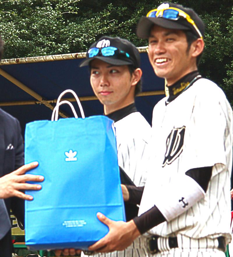 『ベースボールパーク』様よりリストバンド、ソックスを贈呈