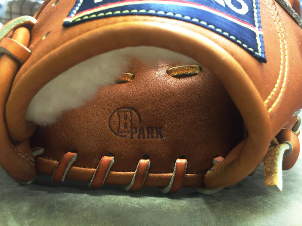 「ベースボールパークで型付けを行いました」という証の焼印。今回はくせのないスタンダードな型にお願いしました。