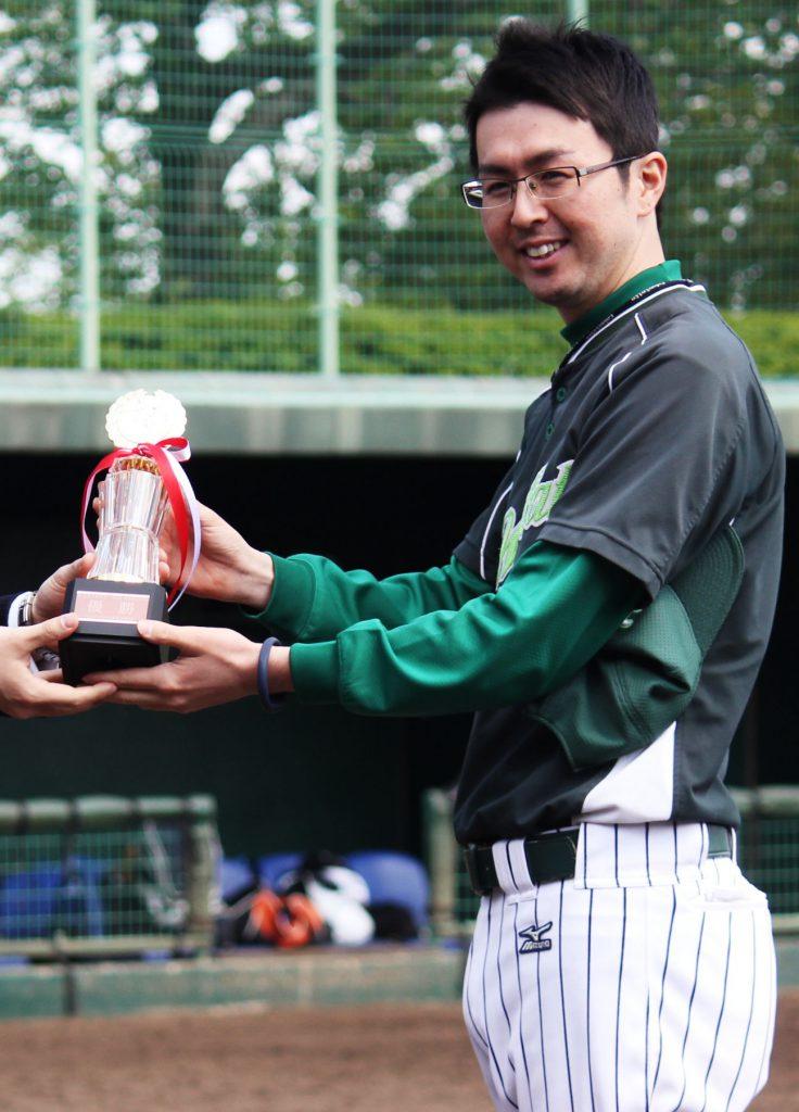 トロフィーを受け取るワイルドキャッツ岩田監督。台座には「G-LEAGUE 6th Season 優勝」の文字