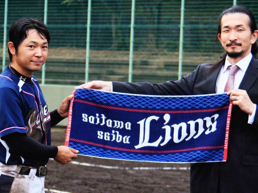 埼玉西武ライオンズよりジャンキーズBへフェイスタオルを贈呈