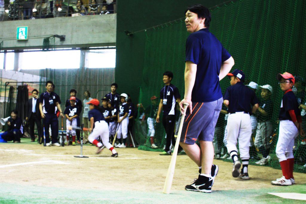 打球の行方を追う